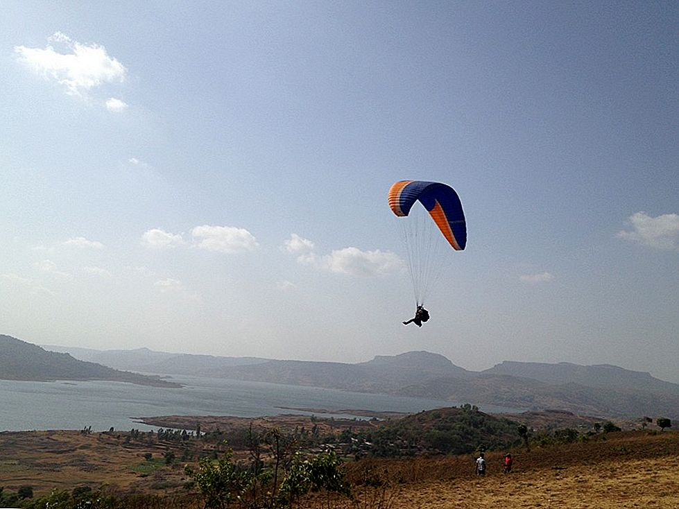 في Hang-Gliding Country: Jogindernagar إلى Bir