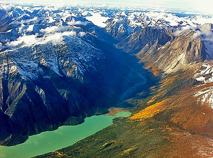 استكشاف محمية Nahanni National Park: دليل الزوار